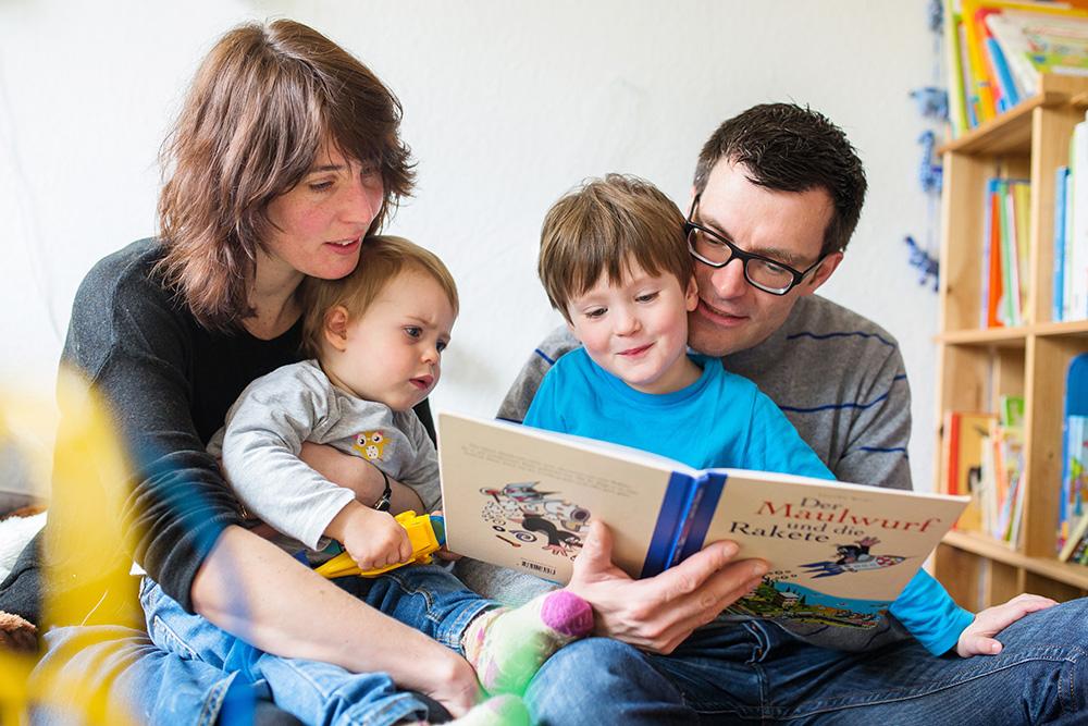 01_family_reading-books