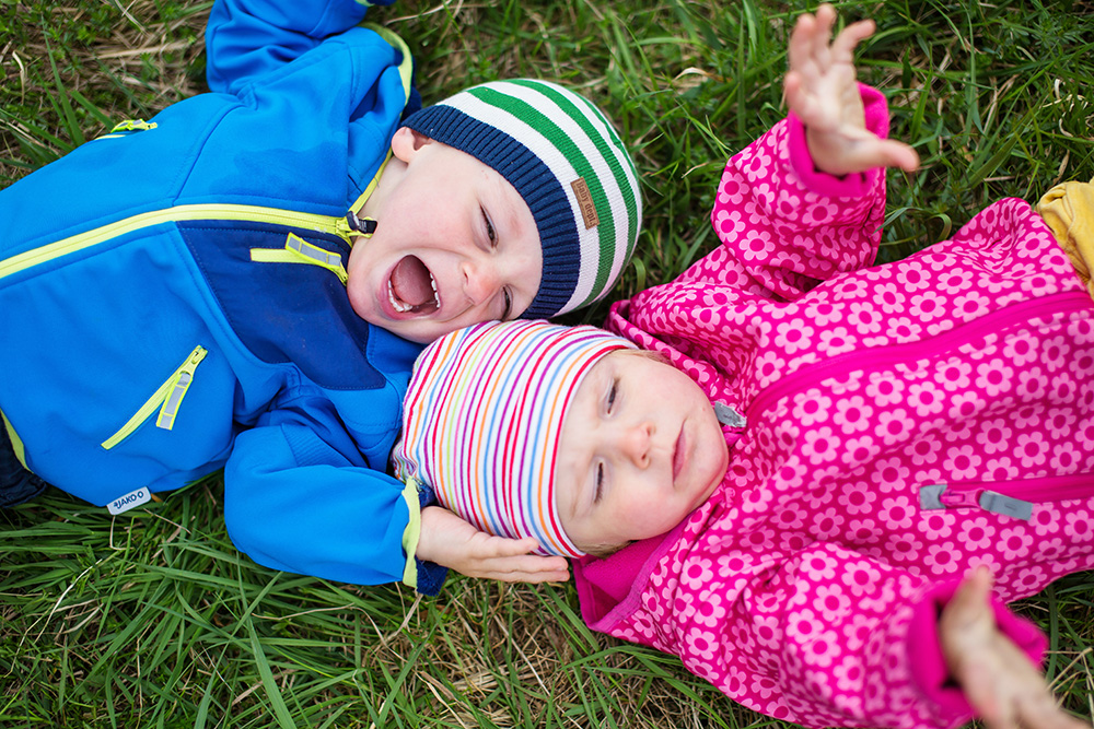17_toddler-twins-in-grass