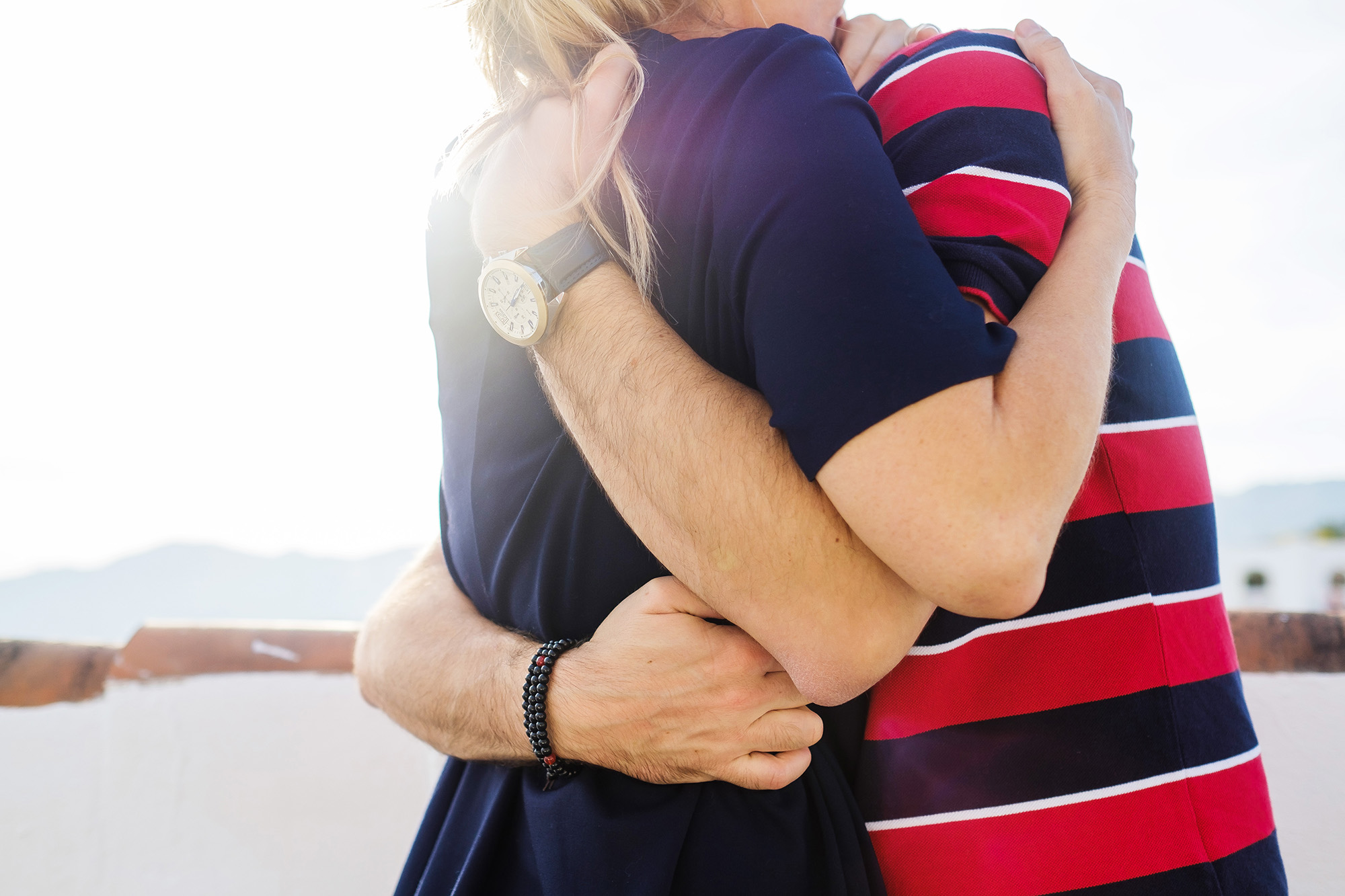 04_couple-embracing-in-sun